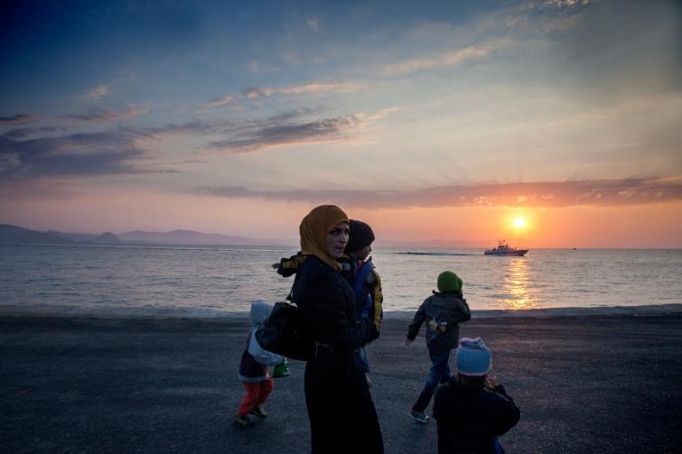Famille de Syriens sur le port de Kos. Leur barque gonflable a commence a prendre l'eau quand les guardes cotes sont venus au secours des quelques familles de Syriens et Kurdes qui traversaient les 2.5 miles nautiques qui separent la Turquie de la Grece.